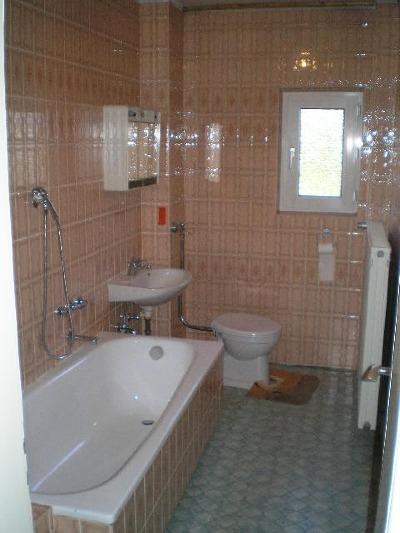 Altes, Typisches Badezimmer In Einem Siedlungshaus In Spiesen Elversberg  Oder Irgendwo.